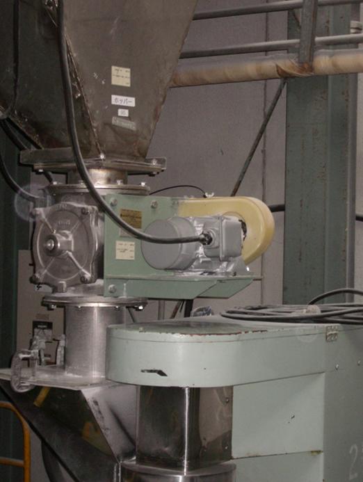 粉体の混合・造粒加工、および有機液状化化合物の合成から混合までお任せください。
